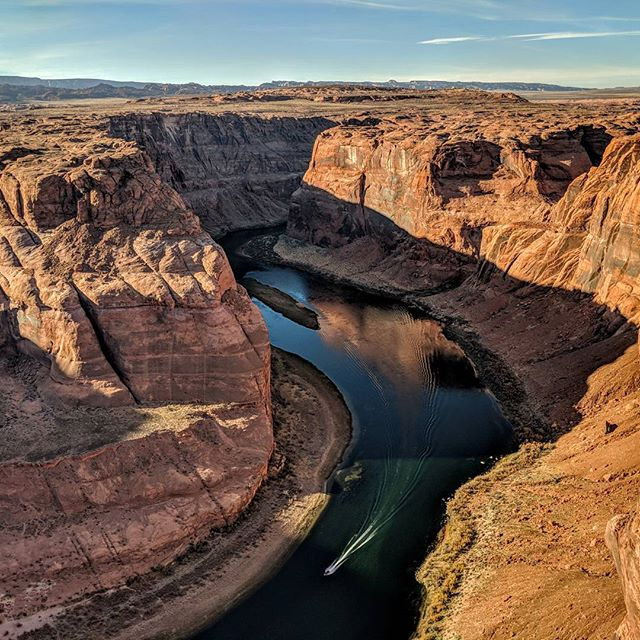 A small boat jets around the Horse Shoe bend from the right meander of the Colorado River.  #horseshoebend #arizona #az #nature #coloradoriver #naturephotography #landscapephotography #landscape #picoftheday #pictureoftheday #pixel2xlphotography #pixel2xl #amateurphotographer #amateurphotography #photographer #photography